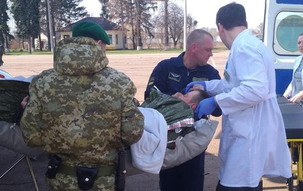 Раненого в ООС пограничника доставили в Киев