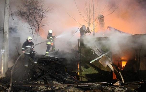 У Києві загасили масштабну пожежу в приватному секторі