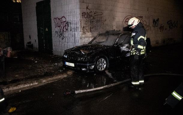 У Києві у дворі будинку згорів автомобіль