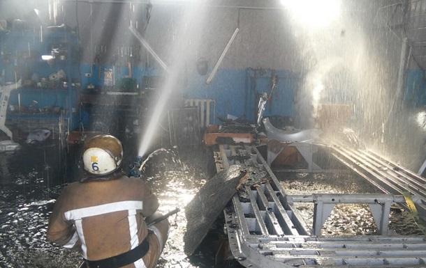 В Харькове тушат масштабный пожар на СТО