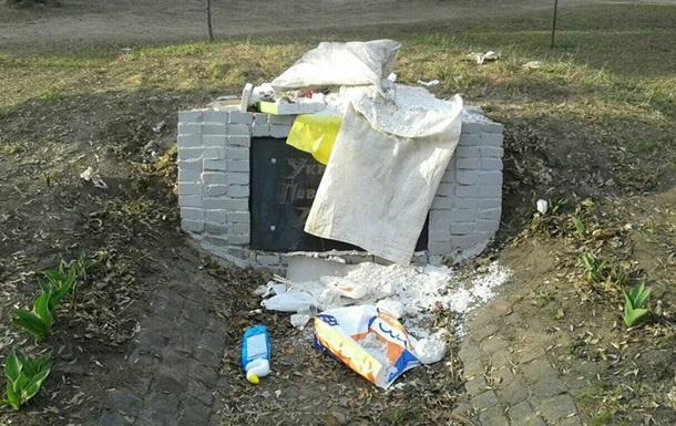 Памятник воинам УПА в Харькове забросали мусором