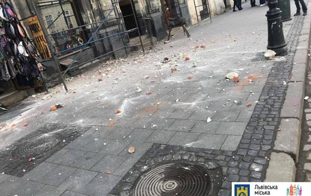 У центрі Львова на перехожих обвалилися цеглини