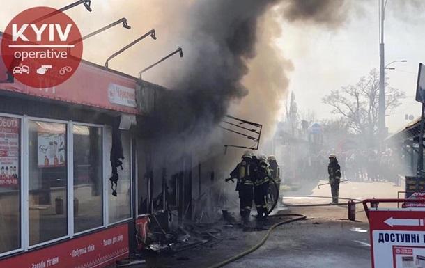 На ринку в Києві спалахнула пожежа