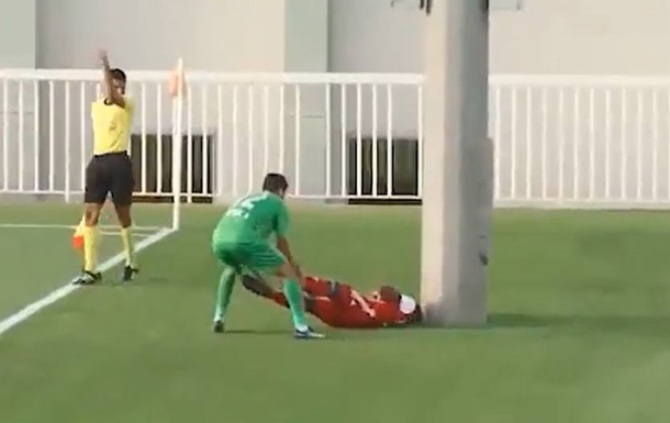 В Еміратах футболіст вилетів за межі поля і вдарився головою об стовп