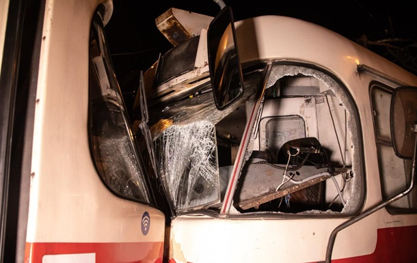 У Києві сталося лобове зіткнення трамваїв, є постраждалі