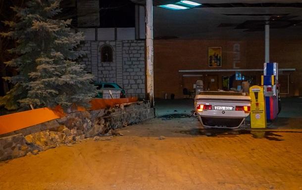 У Дніпрі на автозаправці перекинувся автомобіль