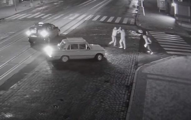 В Виннице таксист и пешеходы подрались на дороге