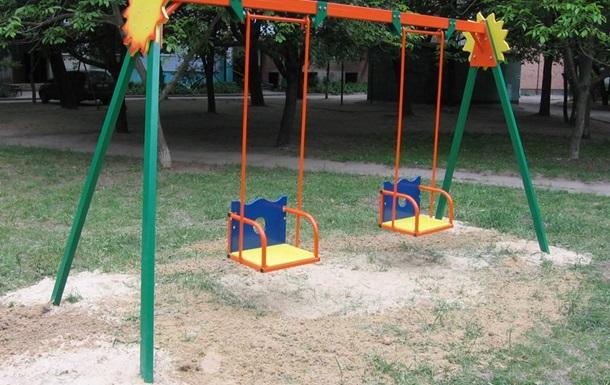 В Винницкой области ударом качели убило ребенка