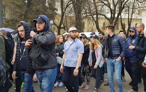 Нацкорпус у Києві проводить акцію  Вдуй Свинарчукам
