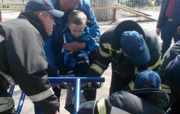 У Кіровоградській області школяр застряг у вуличному тренажері