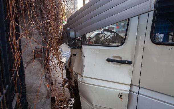 В центре Днепра маршрутка сбила пешехода на тротуаре