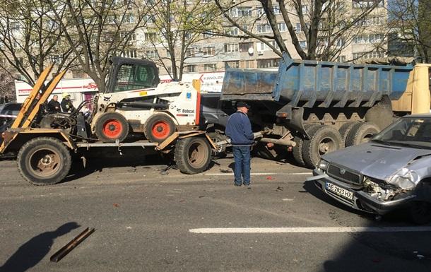 У Дніпрі вантажівка без гальм знесла понад 10 авто