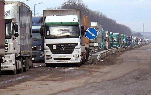 Більш як сотня фур стоять в черзі на українсько-румунському кордоні