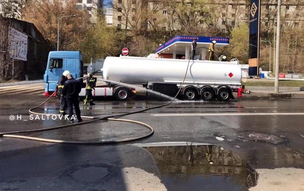 Вулицю в Харкові залило бензином з пошкодженої цистерни