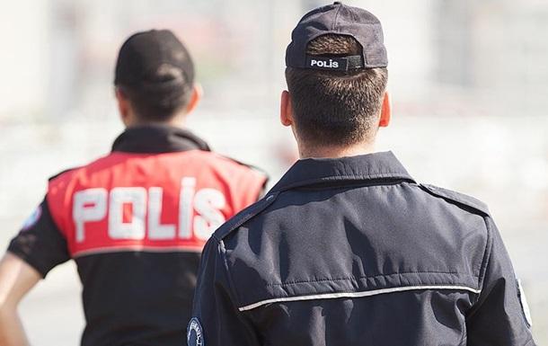 У Туреччині затримали чоловіків за приставання до манекена