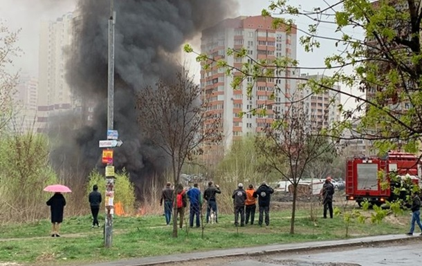Пожежа в Києві: Позняки затягнуло димом, чути вибухи