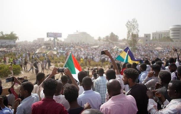 У Судані оголосили про відставку президента і ввели режим НС