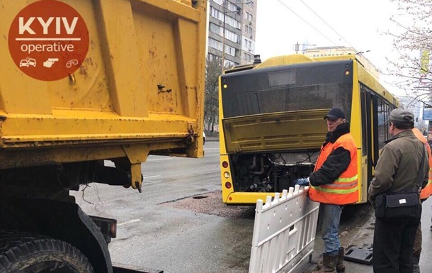 В Киеве автобус застрял в яме посреди дороги