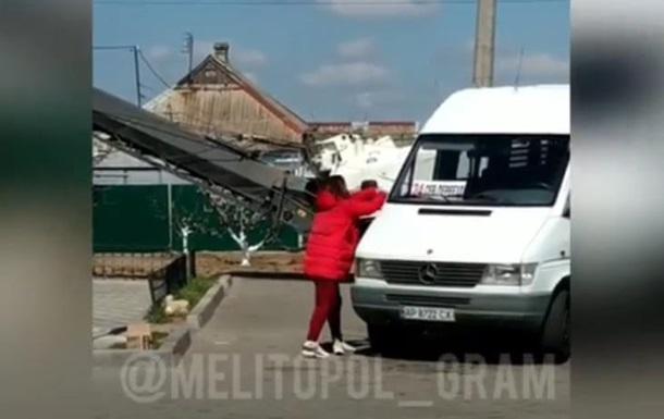 У Мелітополі жінка трощила маршрутки