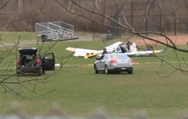 У США літак упав на шкільний стадіон