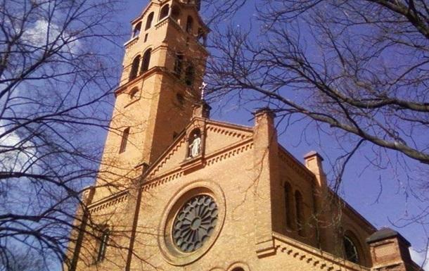 У варшавській церкві чоловік влаштував бійню, є жертва