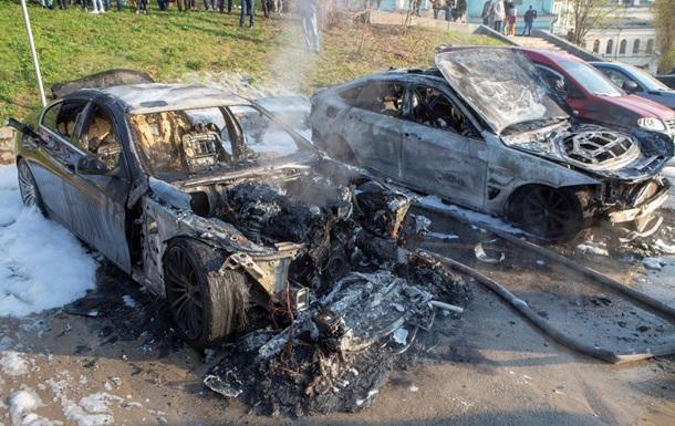 У центрі Києва чоловік у балаклаві спалив два авто