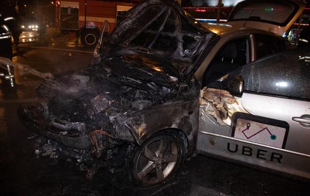 У Києві зіткнулися два таксі: авто згоріли дотла