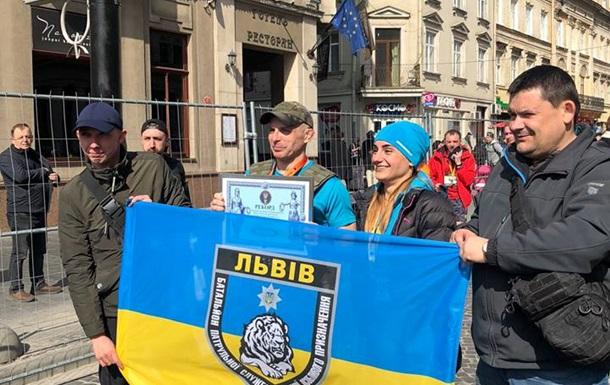 Рекорд України: поліцейський пробіг напівмарафон в бронежилеті