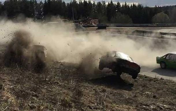 Автомобиль влетел в зрителей на гонках в Швеции