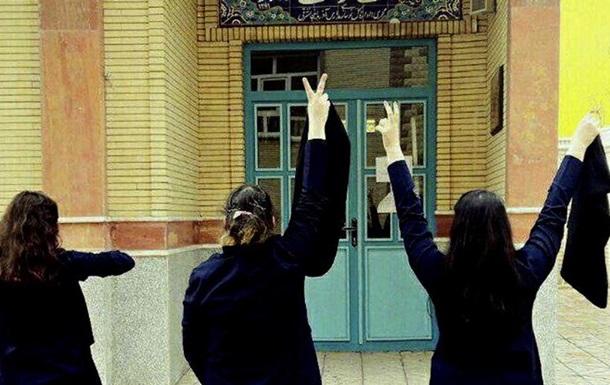 В Ірані засудили жінку за зняття хіджабу