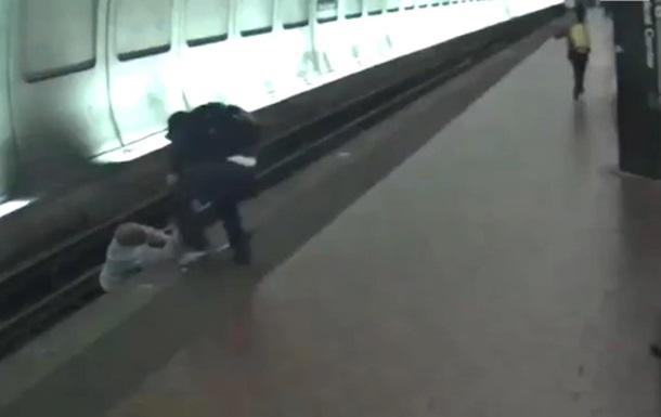 Сліпого чоловіка, який впав на колію, витягли за секунди до прибуття поїзда