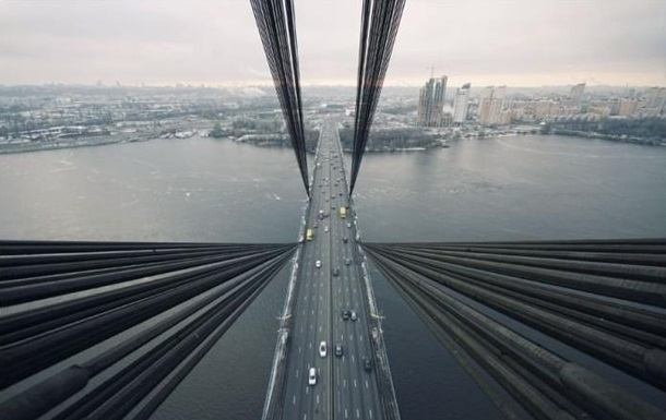 У Києві чоловік стрибнув з мосту