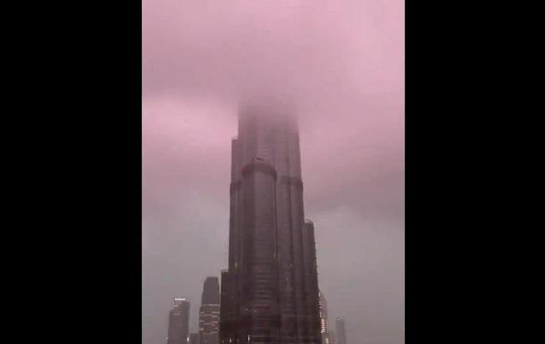 У найвищу будівлю світу влучила блискавка
