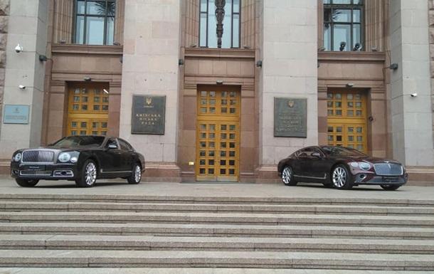 Перед Киевсоветом поставили два новых Bentley