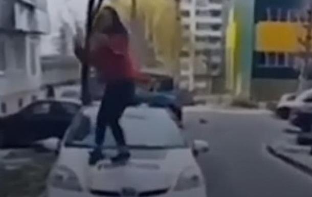 В Ровно школьница станцевала на капоте полицейского авто