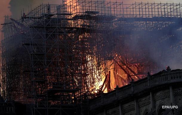 Пожежу в соборі Паризької Богоматері загасили