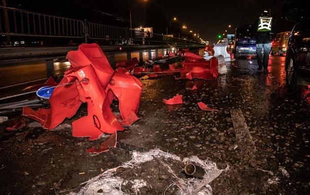 В Киеве пьяный водитель снес ограждение, разбил две машины и скрылся