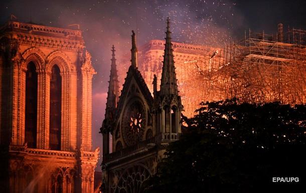 Пожежа в Нотр-Дам: твори мистецтв вдалося врятувати, собор гасять