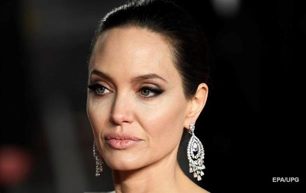 Джоли сменила фамилию после развода