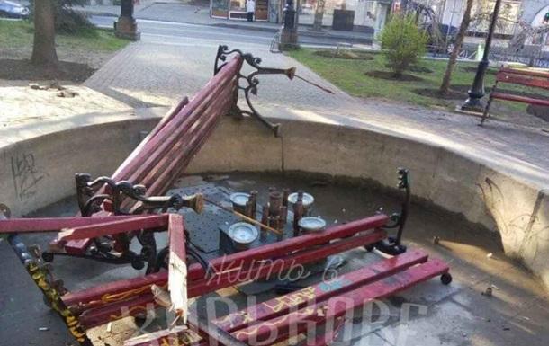 В Харькове подростки разгромили лавки в сквере