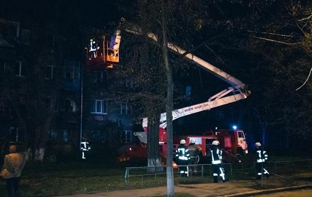 Під час масштабної пожежі в Києві впав дах житлового будинку