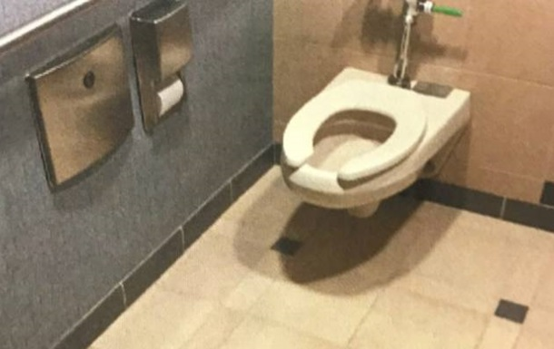 Екс-дипломат Нової Зеландії знімав колег у туалеті посольства