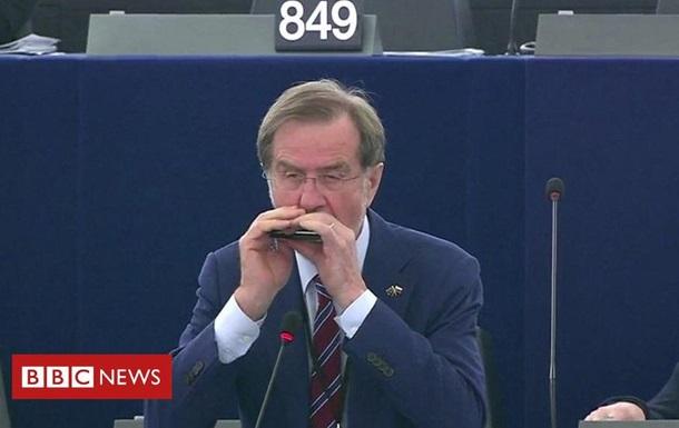 В Європарламенті депутат зіграв гімн ЄС на губній гармошці