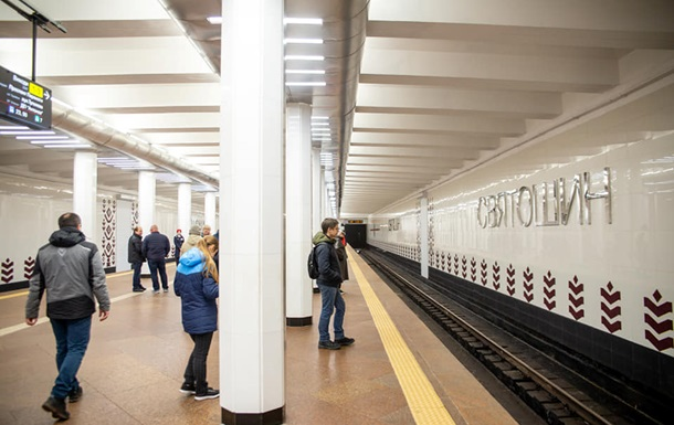 У метро Києва пасажир впав на рейки