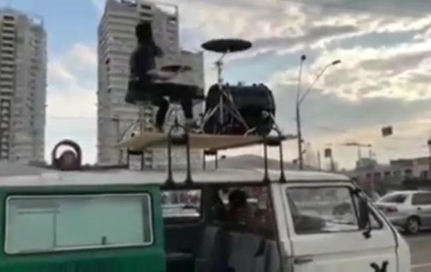 У Києві водіїв у заторах розважав барабанщик на даху авто