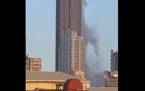 Бассейн на небоскребе расплескался из-за землетрясения