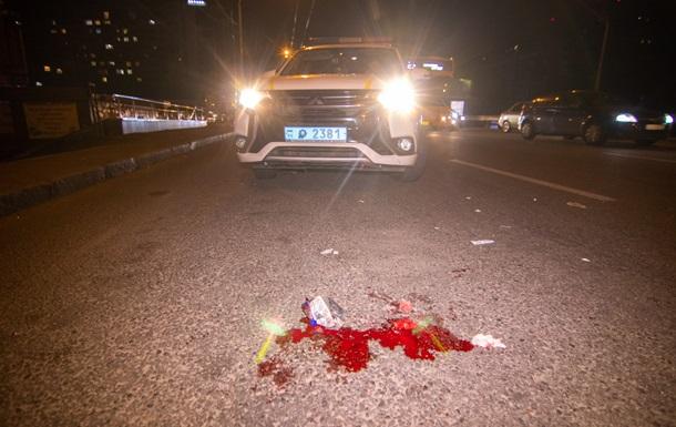 В Киеве авто влетело в остановку: появилось видео