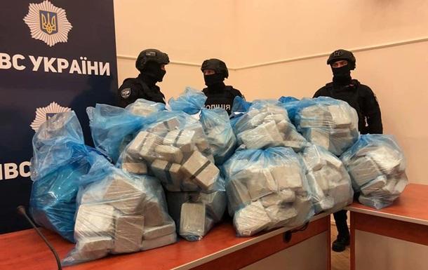 Поліція принесла на брифінг 300 кг героїну