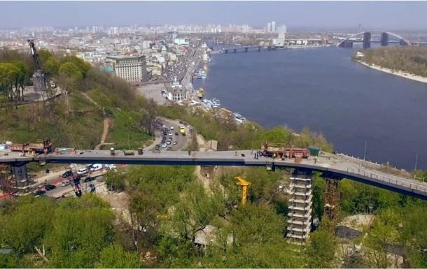Кличко показав відео споруди пішохідного моста