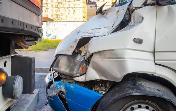 У Дніпрі п ятеро людей постраждали внаслідок зіткнення маршрутки і фури